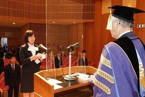 新入生を代表し、宣誓を読み上げる北口さん=6日午前10時10分ごろ、徳島市のアスティとくしま