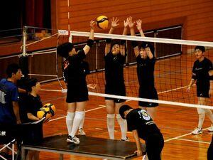 集中しながら短時間練習に励むバレーボール女子の城南の選手=徳島市の同校