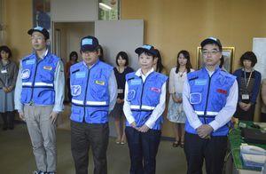 被災地支援に出発する徳島DPATのメンバー=県庁