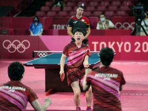 男子団体準決勝 ドイツ戦の第4試合でポイントを奪い、ガッツポーズする張本智和=東京体育館