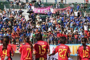 試合終了後、INAC神戸の選手に声援を送る観客=鳴門ポカリスエットスタジアム