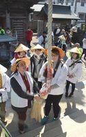 遍路を体験する外国人ら=徳島市国府町の観音寺