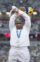 1日、陸上女子砲丸投げの表彰式で、頭上で両手を交差させて「X」の形になるポーズをつくる、銀メダルを獲得した米国のレーベン・ソーンダーズ=国立競技場