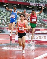 男子3000メートル障害予選 力走する三浦龍司(手前)。自身の日本記録を更新する8分9秒92をマークし、1組2着で決勝進出を決めた=国立競技場