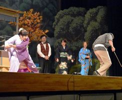 吉本新喜劇のメンバーと地元女性3人が共演したお笑い公演=三好市池田町の池田総合体育館