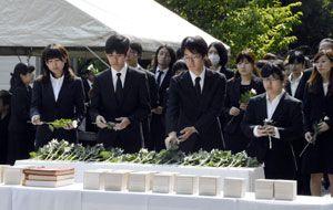 故人の冥福を祈りながら献花する出席者=徳島大蔵本キャンパス