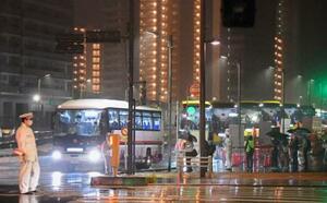 東京五輪開会式の選手輸送を想定した訓練で選手村を出るバス=20日未明、東京都中央区(代表撮影)