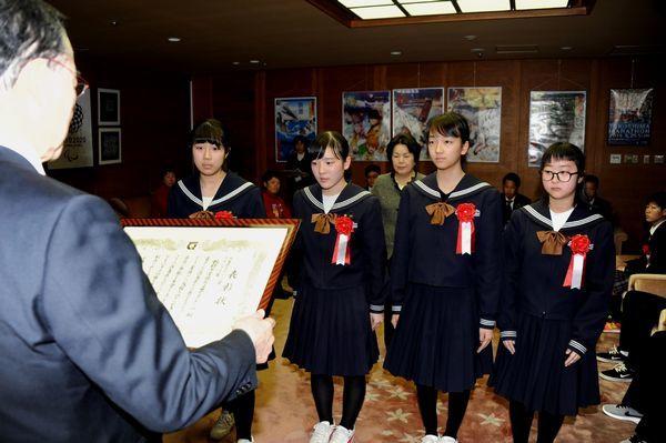 県スポーツ賞の表彰状を受け取るグランプリ賞の板野中学弓道女子チーム=県庁