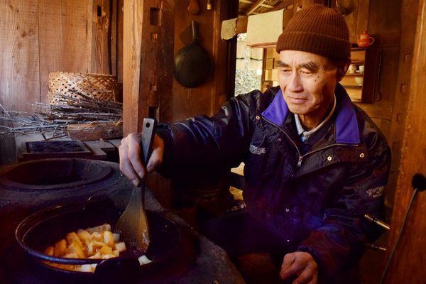 ガスは使っていない。かまどでネパールの料理を作る中村さん=上勝町福原