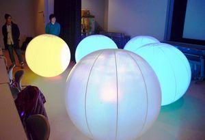 大学生らが作ったプログラムで光る「チームラボボール」=板野町のあすたむらんど徳島