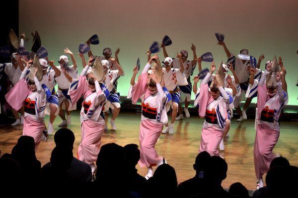 しなやかな女踊りを披露する葉月連の踊り子=徳島市の阿波おどり会館