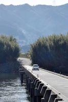 市民の生活を支える脇町潜水橋。幅は狭く、車は対向できない=美馬市