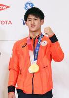 記者会見を終え、記念撮影に応じる体操男子の橋本大輝=4日午前、東京都内(代表撮影)