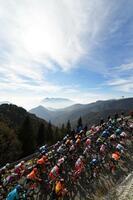 ジロ・ディタリア第17ステージ、山あいの絶景を横に駆け抜けるプロトン(集団)=21日、マドンナディカンピリオ(ゲッティ=共同)