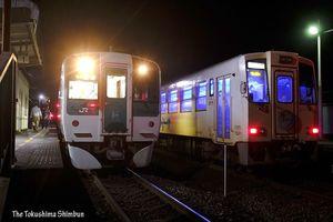 海部駅で並んで停車中のJRの車両(左)と阿佐海岸鉄道の車両。「競演」は見納めとなった=17日午後8時29分、同駅