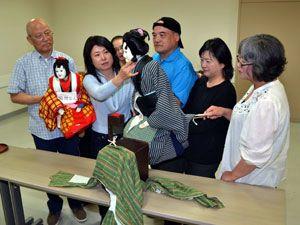 岡山県倉敷市で開かれる公演に向け、練習に励むあわ工芸座の座員ら=徳島市のふれあい健康館
