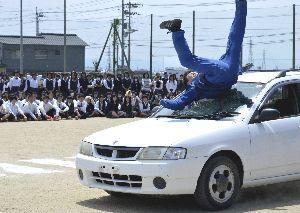 交通事故を実演するスタントマン=22日、鳴門渦潮高校
