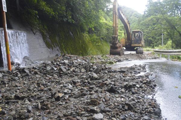 県道を覆う土砂を取り除くショベルカー=三好市山城町