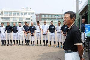 鳴門渦潮高の野球部員を激励する高橋広前監督=鳴門市の同校