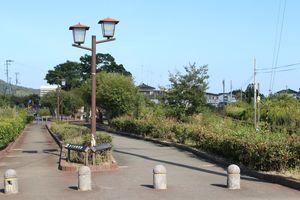 旧小松島線の線路跡には遊歩道が整備されている=小松島市