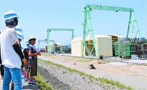 橋桁の製作現場を見学する参加者=徳島市北沖洲