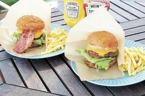 (左から) ベーコンチーズバーガー(950円)、オニオンチーズバーガー(950円)。ポテトは+300円。