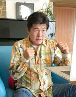日本ボクシング連盟の男子普及委員に就任し、オンラインで記者会見した赤井英和さん=25日午後(日本ボクシング連盟提供)