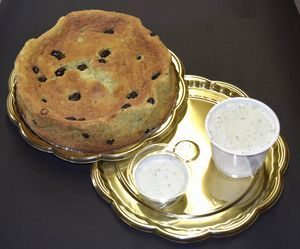 丸岡さんが海部郡産の促成キュウリを使って作った(写真左から)ケーキ、ババロア、アイスクリーム