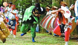 三好市西祖谷山村に伝わる神代踊=2017年8月、西祖谷山村善徳の天満神社