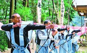 地域の安全を祈願して矢を放つ氏子=三好市山城町上名の白山神社