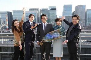 月9ドラマ『SUITS/スーツ2』クランクアップした(左から)中村アン、中島裕翔、織田裕二、鈴木保奈美、小手伸也 (C)フジテレビ