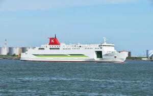 就航する新フェリー「シルバーブリーズ」=13日午後、北海道苫小牧市