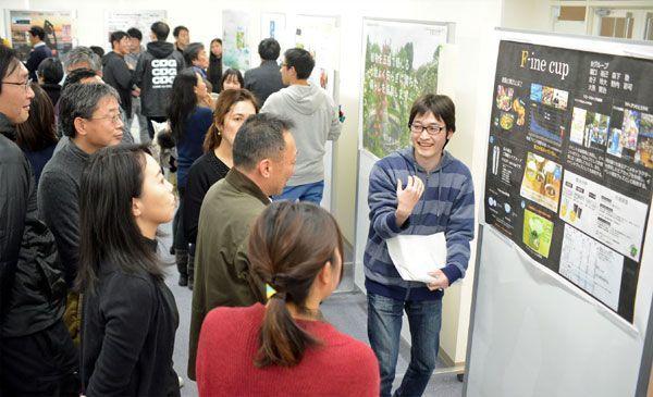 事業プランを発表する受講生=徳島市の徳島大常三島キャンパス