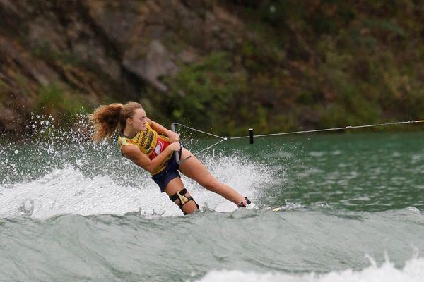ウェイクボード世界選手権で湖面を滑走する選手=18年9月、三好市の池田ダム湖