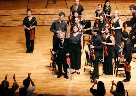 音楽祭で演奏を指揮した後、聴衆の拍手に応える小澤征爾さん(中央)=18日夜、長野県松本市