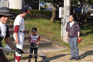 署長役を熱演する北大路さん(右)=阿南市の新野中学校