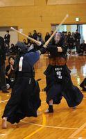 女子決勝・那賀川対龍雲 大将戦でメンを奪う那賀川の檜田(右)=阿波中