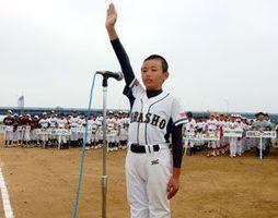 開会式で選手宣誓する浦庄の池本主将=午前8時40分、徳島市の吉野川南岸グラウンド