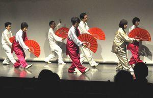 太極拳を披露する徳島新聞カルチャーセンターの受講生=徳島市シビックセンター