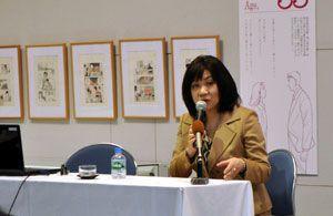 トークショーで来場者の質問に答える柴門さん=県立文学書道館