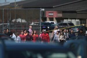 6日、米アイダホ州リグビーの学校での発砲事件後に張られた規制線をくぐる生徒たち(The Idaho Post―Register提供、AP=共同)
