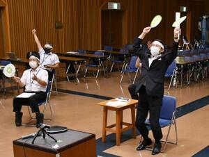 ボクシング女子フェザー級で入江聖奈が金メダルを獲得し、両手を上げて喜ぶ鳥取県の平井伸治知事(右)=3日午後、鳥取県庁