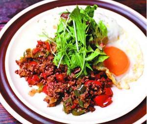 西﨑さんが考案した「シカ肉のガパオライス」(県提供)