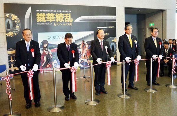 企画展「鐵華繚乱」の開幕式典でテープカットする遠藤市長(左から3人目)ら=徳島城博物館