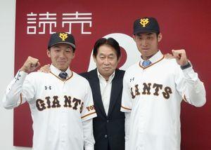 巨人と支配下選手契約を結んだ増田㊧。中央は鹿取GM、右は青山=28日、東京都内の球団事務所(共同)