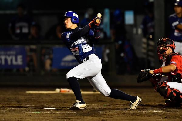 高知戦で本塁打を放つ岸=5月16日、JAバンク徳島スタジアム
