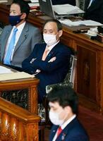 参院本会議で2020年度第3次補正予算案についての討論を聞く菅首相(中央)=28日午後
