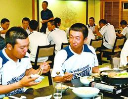 すき焼きを食べて2回戦に備える鳴門高の選手=神戸市の宿舎