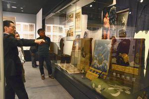徳島ゆかりの力士の資料が並ぶ「阿波の相撲史展」=徳島市の徳島大学ガレリア新蔵