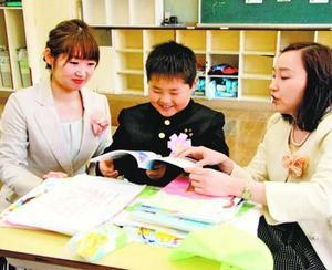 新しい教科書を開く臣守君(中央)=阿南市椿町の椿小